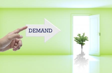 freccia destra: Concetto di business con una formulazione sulla freccia a destra nella stanza vuota con porta aperta.