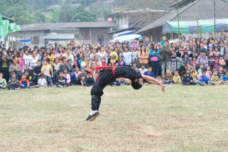 dedo me�ique: CHIANG RAI, Tailandia, 28 de diciembre: Fiesta de la Tradici�n a�o nuevo y espect�culos de artes marciales de la tribu de la colina Mong, Wiang pa pao donde los turistas que visitan a diario, 28 de diciembre de 2011 en Chiang Rai, Tailandia.