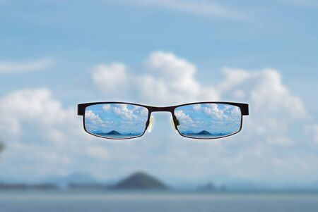 hyperopia: concetti di visione di occhiali da vista con gli occhi chiari su sfondo sfocato.