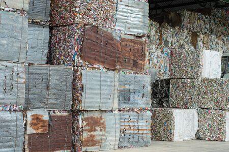 crushed aluminum cans: recicla industrial; alluminum lata caja.