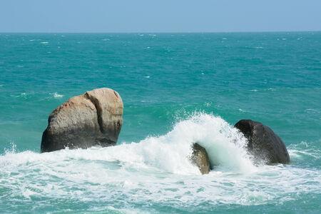 koś: Spalshing sea wave with the rock, ko samui, thailand.
