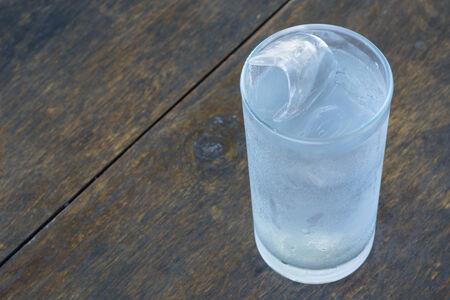 distilled: Un bicchiere di acqua distillata fredda. Archivio Fotografico