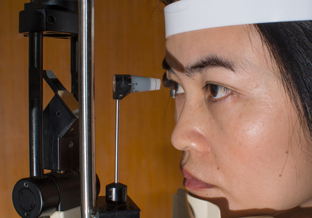 slit: Examen Ophthalmoligist con el paciente en el microscopio con l�mpara de hendidura. Editorial