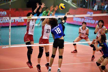 バンコク, タイ王国 - 2015 年 7 月 3-5 日: Hua Mak スポーツ ・ コンプレックスで FIVB バレーボール世界壮大な Prix の第 23 版でアクションの女子バレーボール選手をグループ 1。 写真素材 - 42182414