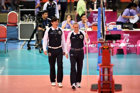 arbitros: Bangkok, Tailandia - 3 a 5 jul 2015: Los �rbitros en la acci�n en la 23� edici�n del Gran Premio Mundial de la FIVB de Voleibol en el Complejo Hua Mak Deporte.