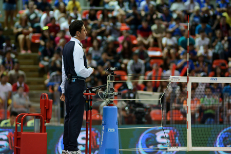 arbitros: Bangkok, Tailandia - 3 a 5 jul 2015: Los árbitros en la acción en la 23ª edición del Gran Premio Mundial de la FIVB de Voleibol en el Complejo Hua Mak Deporte.