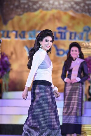 par: CHIANGMAI, THAILAND - Jan 3-5, 2017 : Miss Chiangmai 2017 beauty pageant. The contestant walking in the first and second round at the Chiangmai Winter Festival 2017 centre stage.