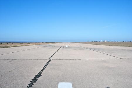 町セバストーポリの近く古い空港の滑走路