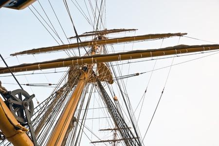帆船のマストと男のケーブル