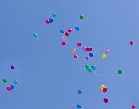 varicoloured: m�rmoles multicolores sobre un fondo de cielo azul