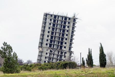 noodsituatie huis voor de sloop in de stad Sevastopol