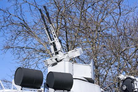 artillery shell: Pistolas gemelas de la m�quina encima de un buque de guerra