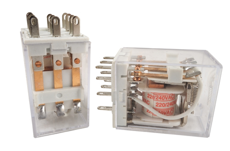 carrera de relevos: el relé electromagnético aislado en el fondo blanco