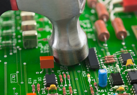 componentes: Circuit board of computer components and hammer Foto de archivo