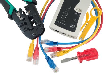 Probador de red y herramienta que prensa con conector RJ45 en un fondo blanco