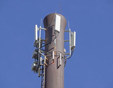 背景の青い空にセルラーの空中を持つ塔