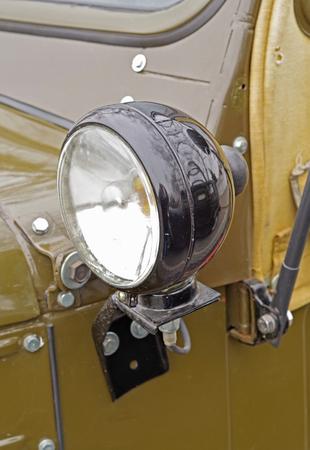 古い軍用車のヘッドライトクローズアップ