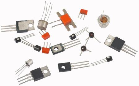 Transistores de diferente tipo sobre un fondo blanco.