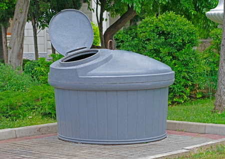 big round garbage container with the open lid 版權商用圖片 - 105917462