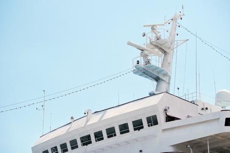 Antenas, radar, anemómetro y otros equipos de comunicación y navegación en el mástil del barco Foto de archivo