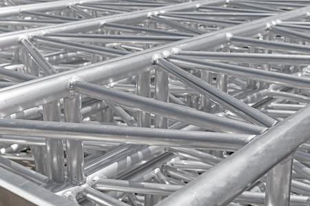 Pila di nuove capriate metalliche per il montaggio del palco