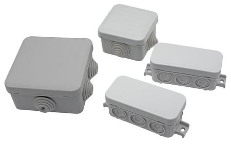 Cajas de conexiones eléctricas de plástico aisladas sobre fondo blanco.