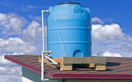 Blauer industrieller Behälter für die Lagerung von Wasser und Flüssigkeiten aus Kunststoff