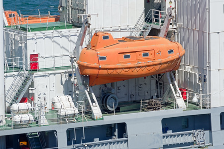Seitenansicht des Schiffes mit rotem Rettungsboot