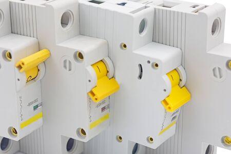 Sicherungsautomaten isoliert auf weißem Hintergrund