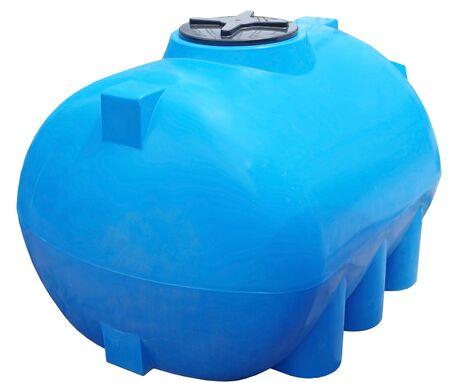 Recipiente industrial de almacenamiento de barril de agua y líquidos de plástico azul aislado sobre fondo blanco. Foto de archivo