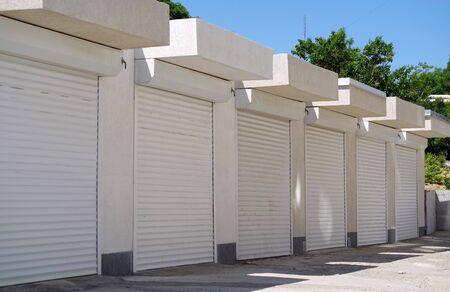 Nouvelles portes automatiques modernes au garage