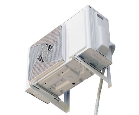 Parte della macchina del compressore d'aria del sistema del condizionatore d'aria isolato su sfondo bianco