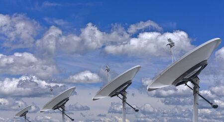 Antennes paraboliques sur un fond de ciel bleu