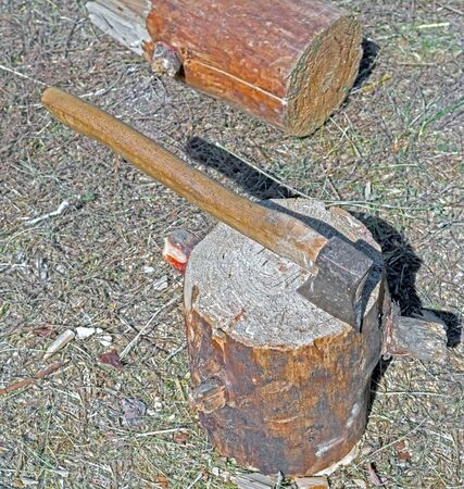 the old Ax chopping wood in a campaign Stockfoto - 132308675