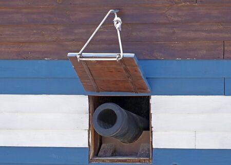 the Cannon window on old galleon Standard-Bild