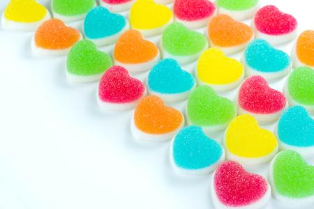 Caramelos de corazón cubiertos de azúcar, corazón dulces dulces coloridos, dulces en forma de corazón de azúcar 14 de febrero Foto de archivo