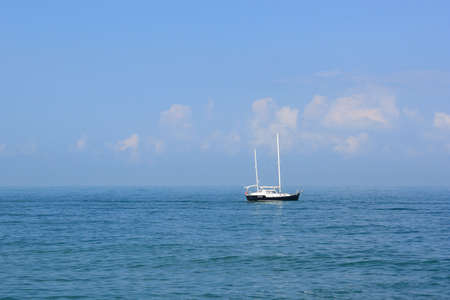 Small yacht in the quiet sea Standard-Bild