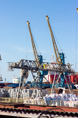 tall crane working in port Sajtókép