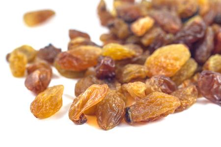 Raisins raisins secs sur un fond blanc. Banque d'images - 74119941