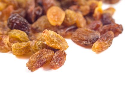 Raisins raisins secs sur un fond blanc.