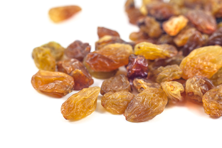 Raisins raisins secs sur un fond blanc. Banque d'images - 74120881