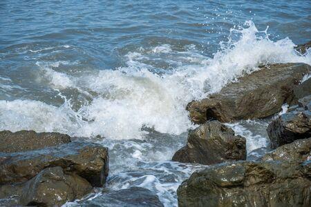 mare agitato: Onde sulle pietre costiere del Mar Nero, Poti, Georgia. Archivio Fotografico