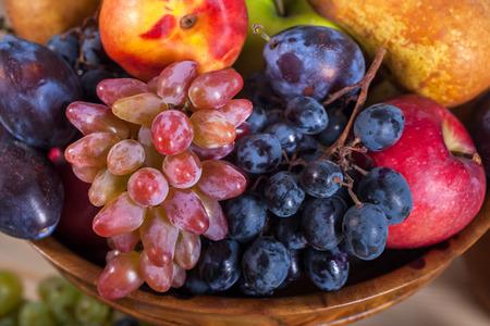 Fruit automnal nature morte sur fond de table en bois rustique. Banque d'images - 89189276