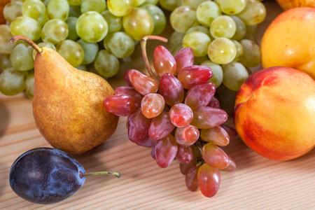 Fruit automnal nature morte sur fond de table en bois rustique. Banque d'images - 89189304