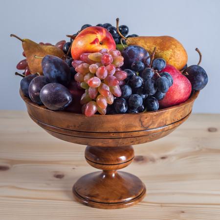 Fruit automnal nature morte sur fond de table en bois rustique. Banque d'images - 89189307