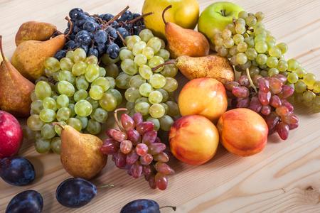 Fruit automnal nature morte sur fond de table en bois rustique. Banque d'images - 87642377