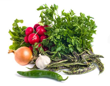 Fagioli borlotti freschi, aglio, cipolla, prezzemolo e ortaggi su un backgronud bianco Archivio Fotografico - 90507497