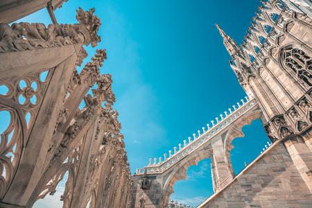 Ansicht der gotischen Architektur und der Kunst auf dem Dach des Mailänder Doms (Dom von Mailand), Italien.