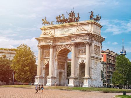 Vredesboog of poort van Sempione in Milaan, in de buurt van het Sempione-park.