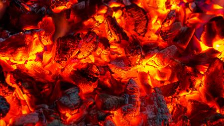 Sfondo di carboni ardenti ardenti, braci di fuoco che ardono attivamente. Archivio Fotografico